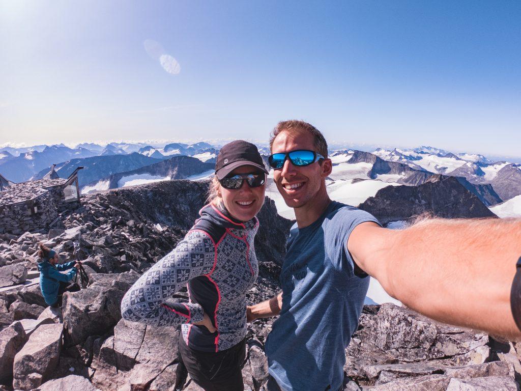 Foto / selfie van een stel boven op de top van een berg